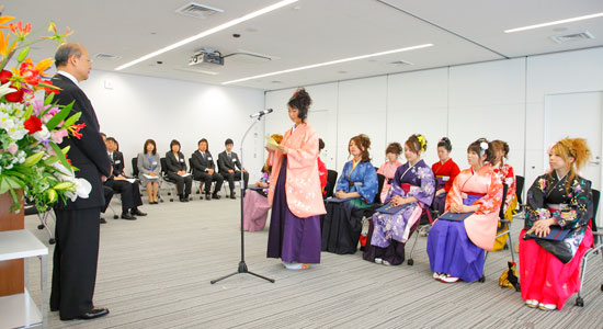 卒業式で挨拶をする鈴木成子さん 卒業式で挨拶をする鈴木成子さん     出席者で集合写真を撮影